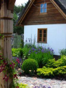 Ogród stylizowany na stare gospodarstwo. Okolice Bytowa